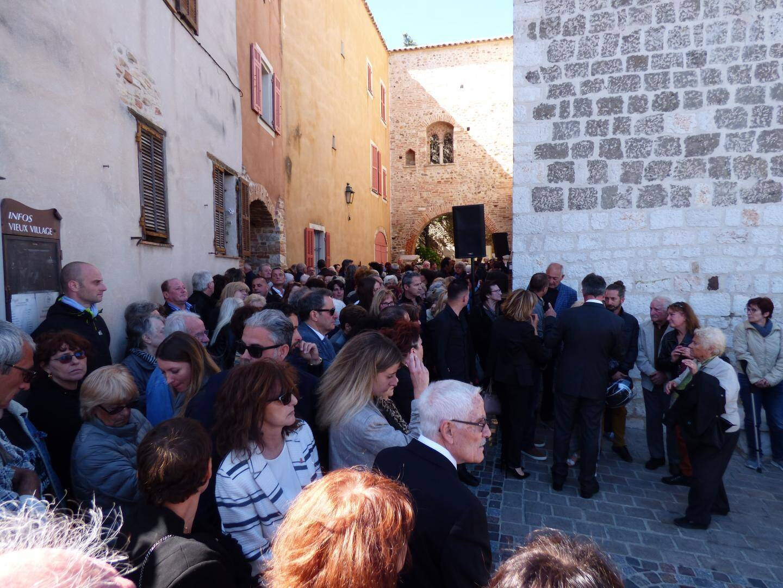 Quelque 300 personnes se sont pressées autour du cercueil à la sortie de l'église.