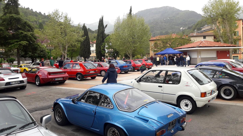 La place des Platanes de Sospel a été le point de départ pour les quarante voitures qui ont pris le départ d'une belle balade de 120 kilomètres.