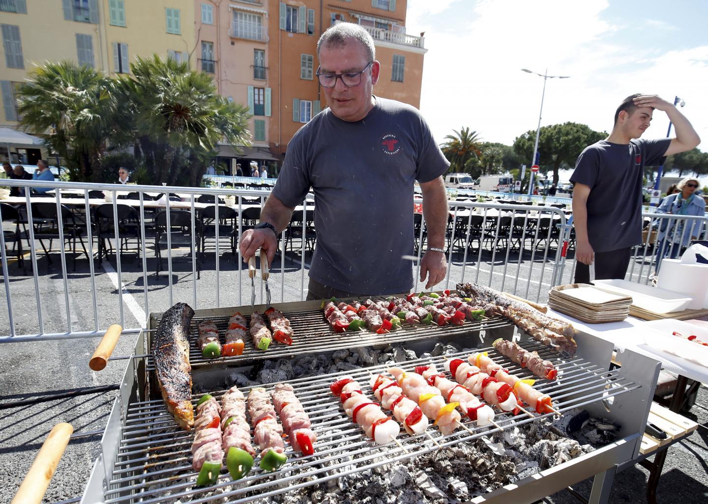 Le déjeuner était accompagné d'un barbecue géant.