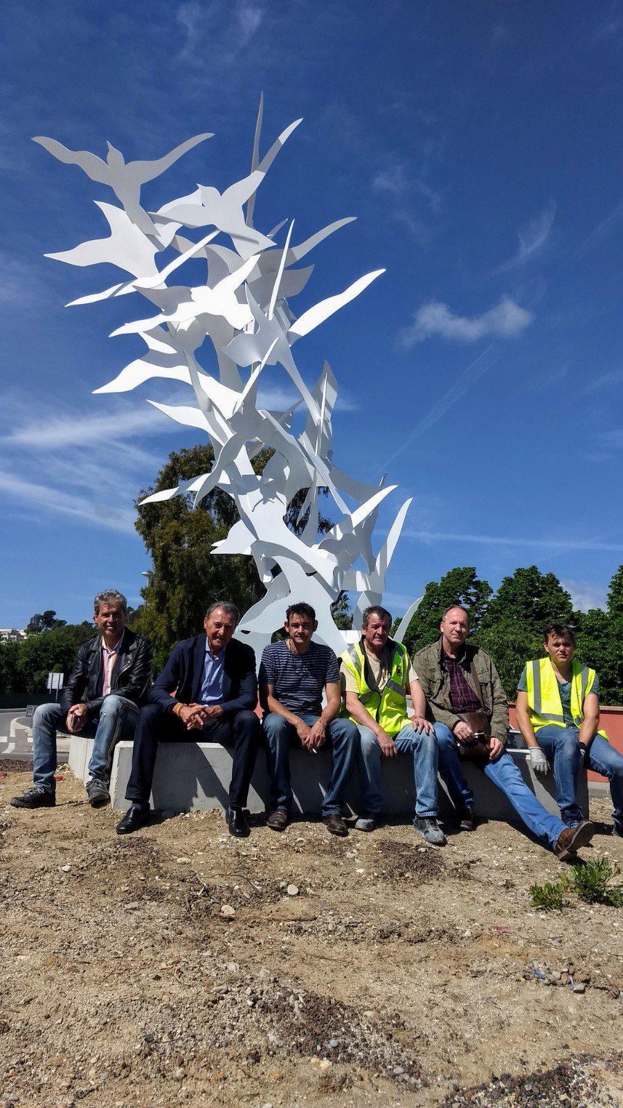 Les équipes municipales ont œuvré aux côtés de l'artiste à la mise en place de l'œuvre sur le rond-point Baie des Anges. Elles vont poursuivre avec l'aménagement du sol du rond-point et la mise en lumière cet été.