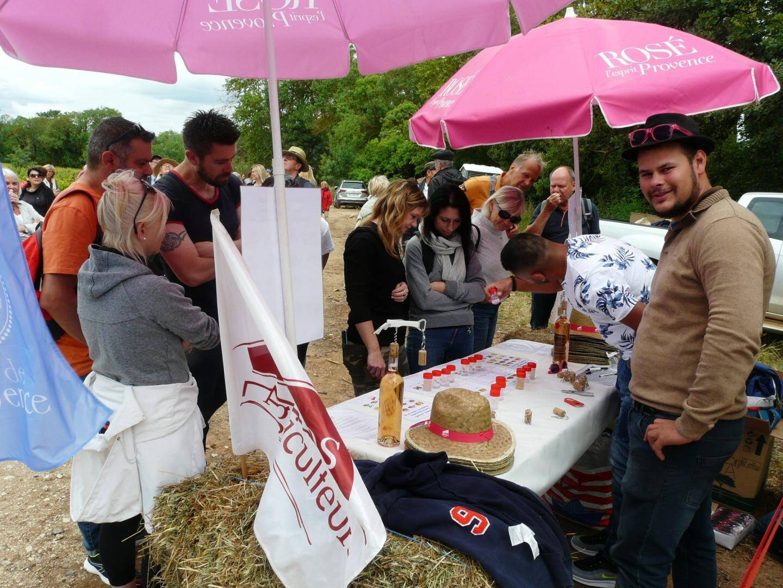 Toujours présents pour aider à l'organisation  de la manifestation, les jeunes agriculteurs ont accueilli les baladeurs et proposé un atelier senteurs des vins.