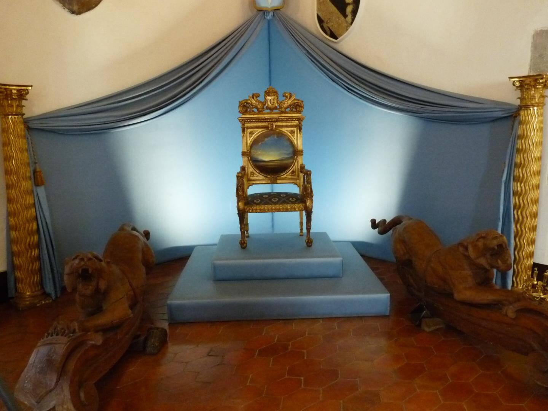 Le trône dédié à Gala pour recevoir ses hôtes dans le vestibule du château de Pubol.