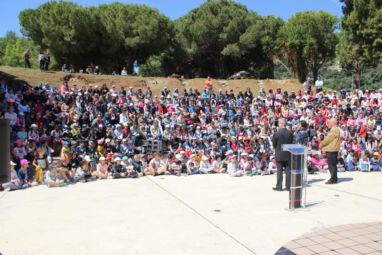 Moment de rassemblement à l'amphithéâtre du Devens pour assister au spectacle en présence du maire de Beausoleil, Gérard Spinelli et Jacques Canestrier, élu aux écoles.