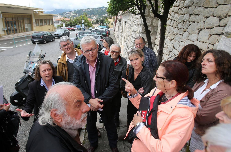 Pierre laurent, sénateur PCF et vice-président du Parti de la Gauche Européenne, entouré des militants.