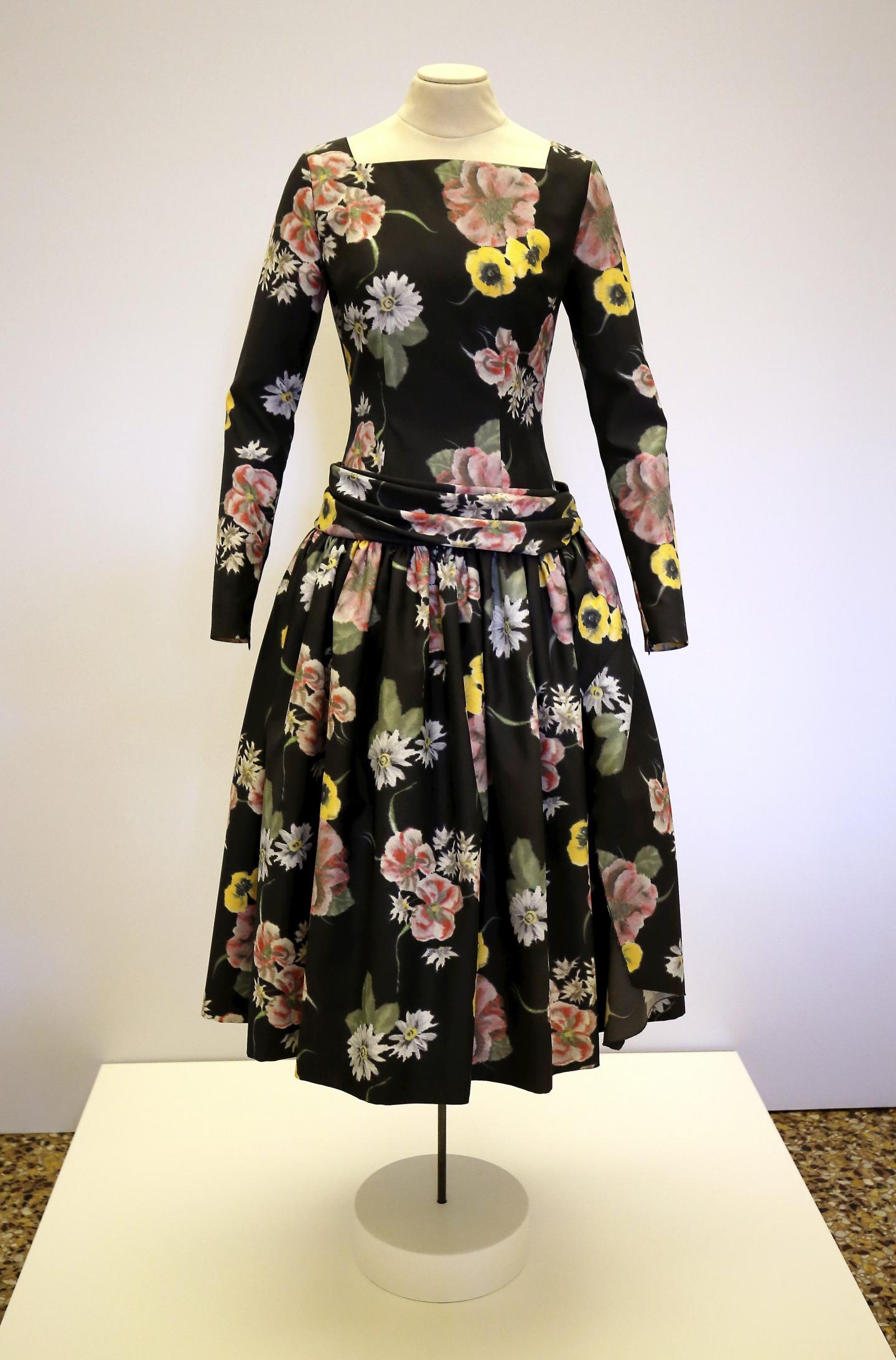 Parmi les pièces phares de l'exposition, la robe que portait Grace Kelly ce jour-là, devenue iconique.