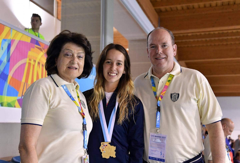 Le prince Albert II (ici en 2017 à Saint-Marin, aux côtés d'Yvette Lambin-Berti, secrétaire général du COM, et de Tiffany Pou, or en natation) fera le déplacement au Monténégro pour encourager et soutenir la délégation monégasque.