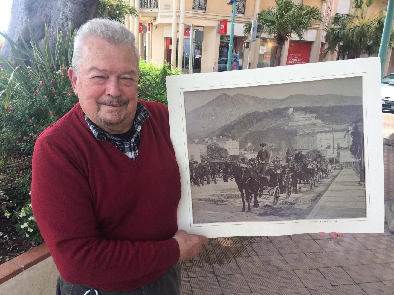 Jacques Volpi, propriétaire du Terminus durant 47 ans.  Le Mentonnais tient une photo de l'emplacement de l'hôtel, lequel n'existait pas encore... en 1891 !