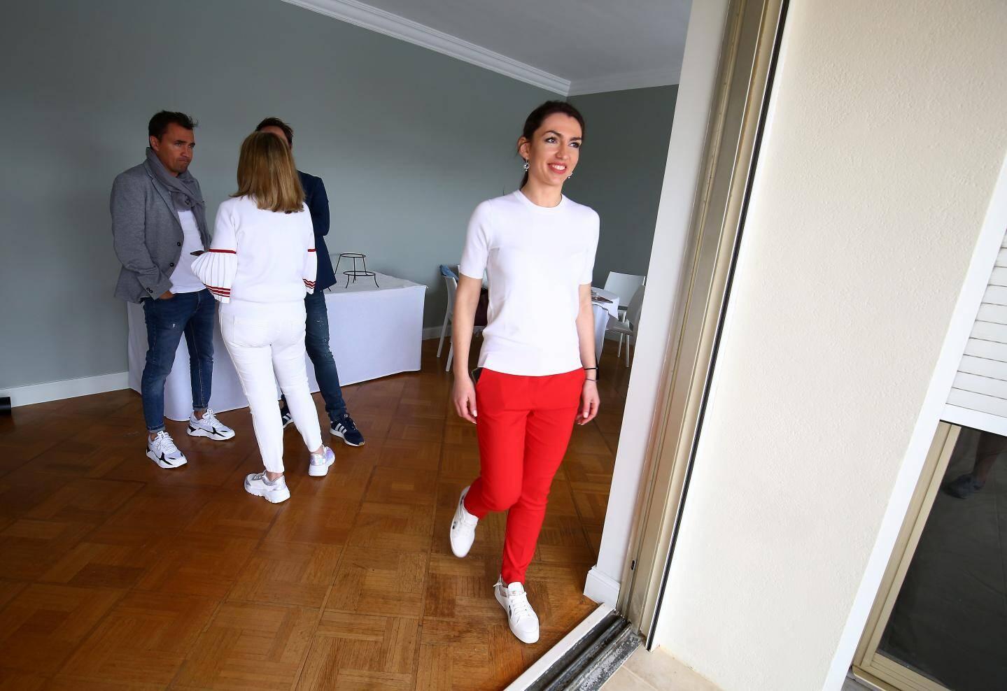 Pris en charge par les hôtesses, invités et clients sont guidés jusqu'au sixième étage du Beau Rivage. Avec vue imprenable sur une bonne partie du tracé.