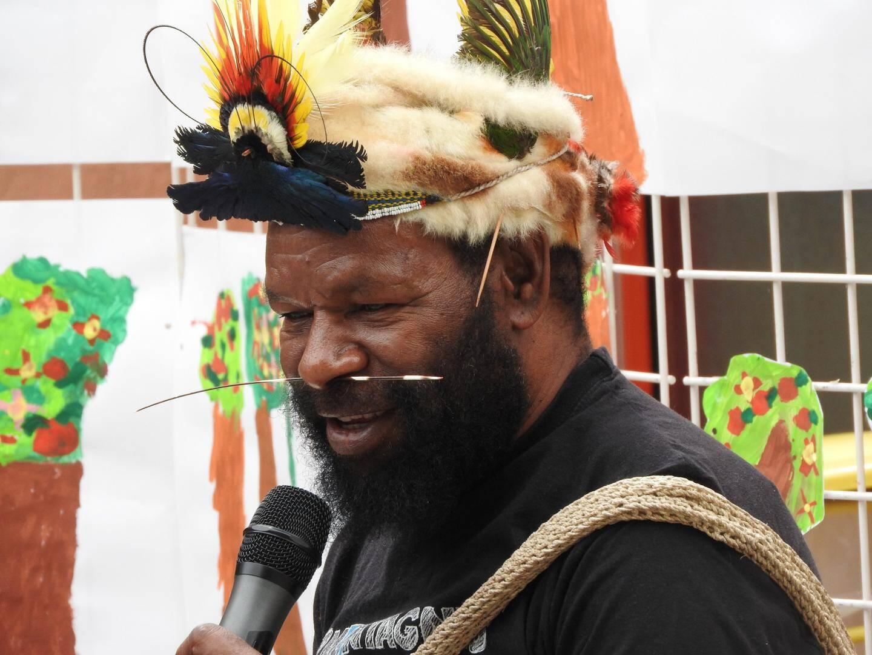 Avec ses plumes sur la tête et son bâton dans le nez, pour être beau, comme le veut la tradition de son pays.