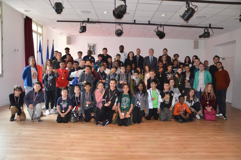 Remise de médailles par le maire Gérard Spinelli à tous les participants de cette journée.