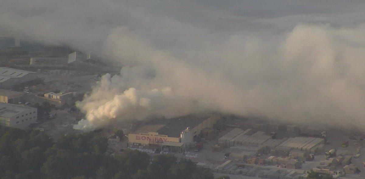 Le panache de fumée qui s'est dégagé de l'incendie est très impressionnant.