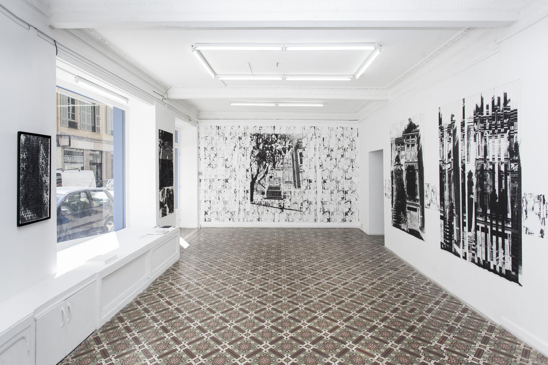 Maxime Duveau a étré repéré et montré à l'Espace A VENDRE. Et pour cause, ses dessins, des grands formats où le noir du fusain tranche radicalement avec le blanc du papier, ne laissent pas indifférent.