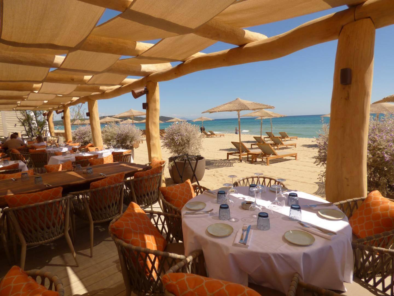 Dans le choix de ses matériaux, Byblos beach a mêlé sobriété et sophistication comme des toiles techniques imitant la jute, posées en vagues pour abriter la partie restaurant et des parasols tressés sur la plage de Pampelonne.