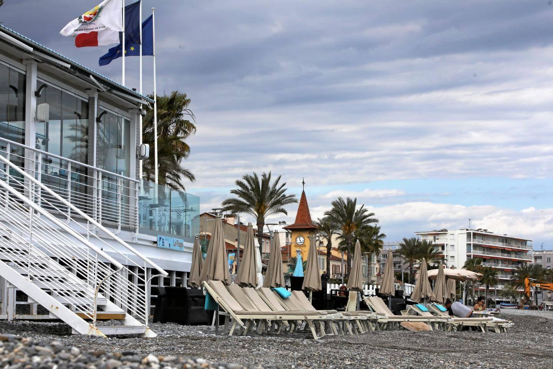 Les plages privées cagnoises (comme ici le Carré bleu) se lancent tranquillement dans la saison. Unpeu plus loin, ce n'est pas le cas d'Aeva beach qui n'a toujours pas mis en place ses matelas.