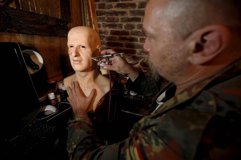 Stéph Fabrio, réalise des figurines grandeur nature de personnages de films d'hooreur et fantastique.