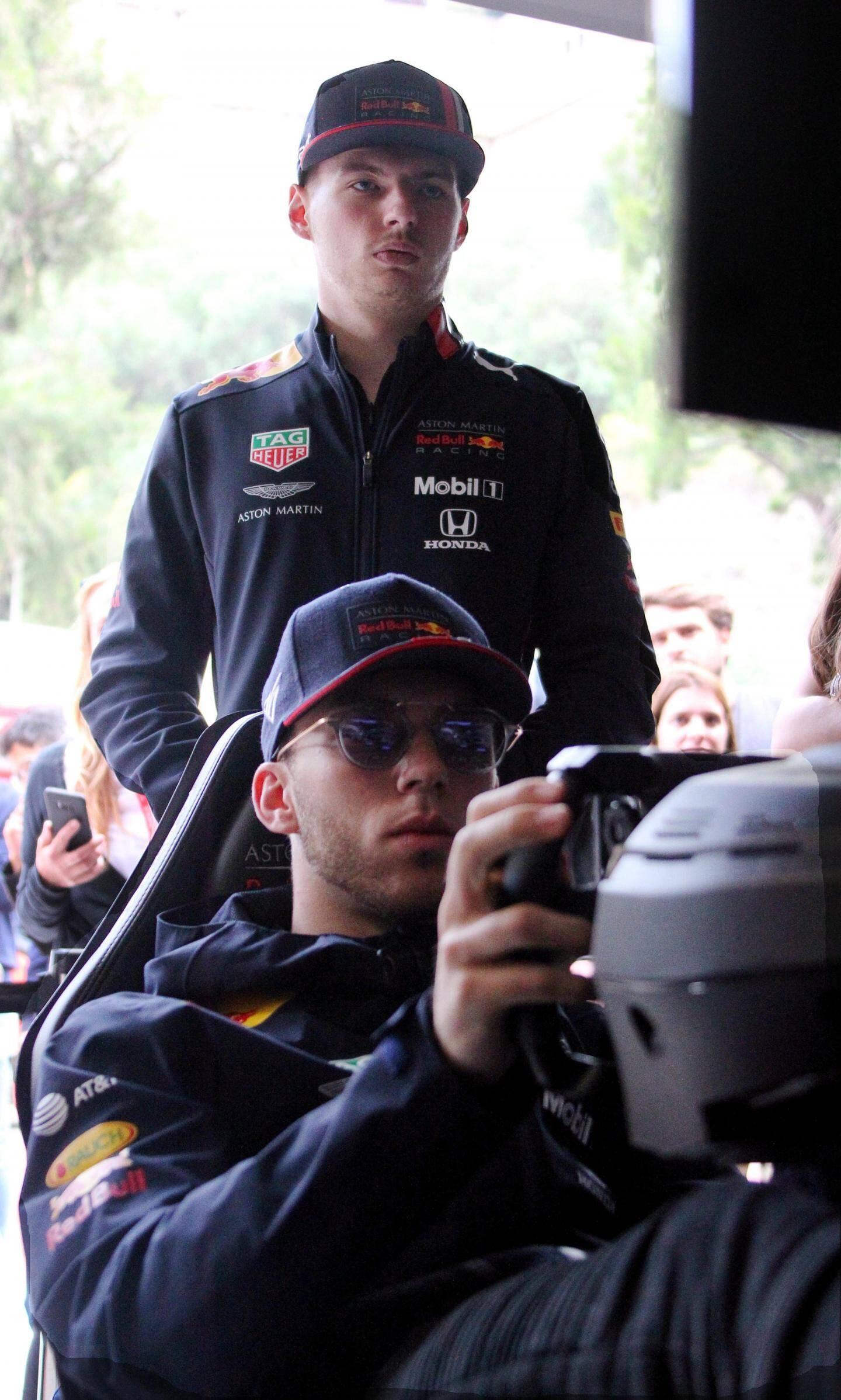 Max Verstappen surveille le chrono de son coéquipier de RedBull sur le simulateur.
