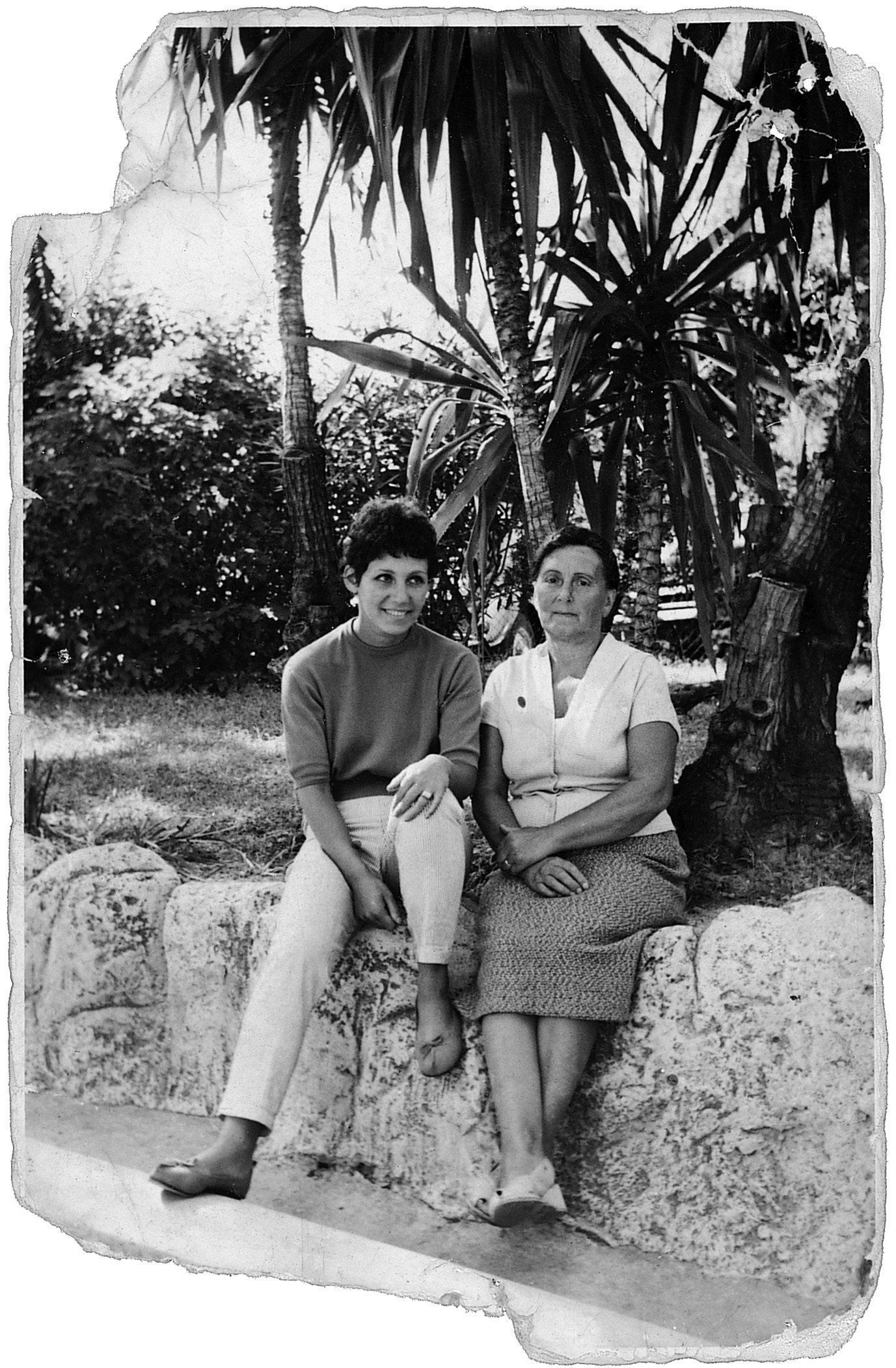 Un photo tirée du livre de Liliane Rovère qu'elle légende ainsi : « Maman et moi en 1957, sous les palmiers près de la gare de Nice ».