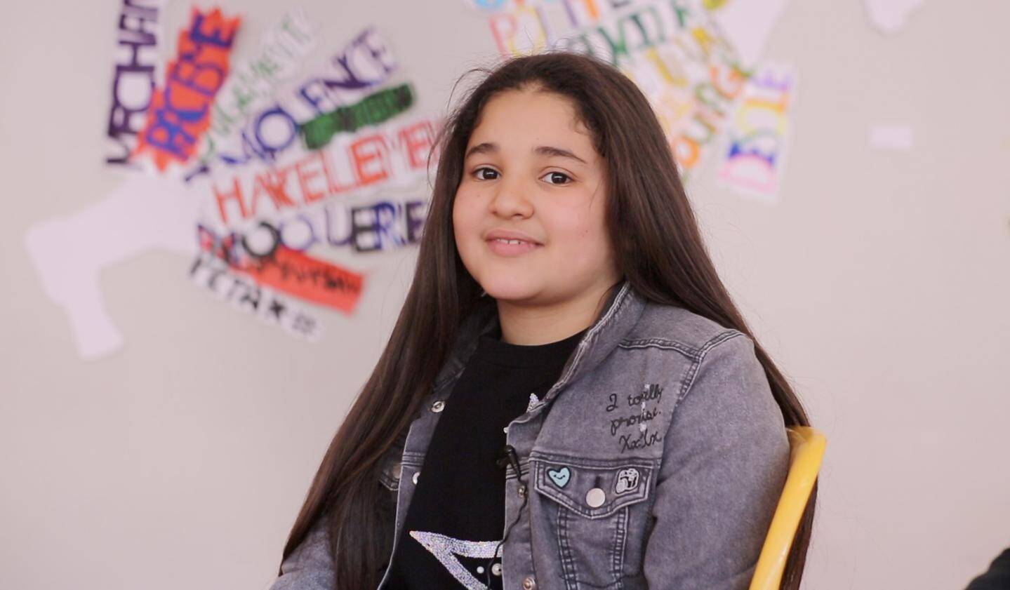 Syrine, en 6e, n'a pas hésité à se jeter à l'eau et à jouer le rôle d'une jeune fille harcelée. Son clip a décroché le 1er prix du concours.