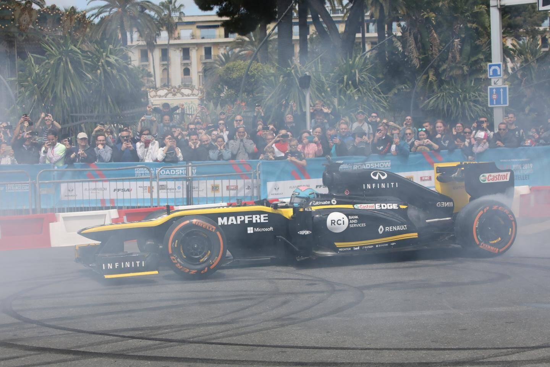 Daniel Ricciardo enchaîne les donuts quai des Etats-Unis.