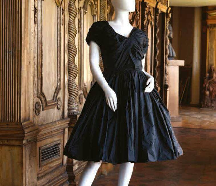Une robe signée Jacques Fath estimée à 1.200 euros.
