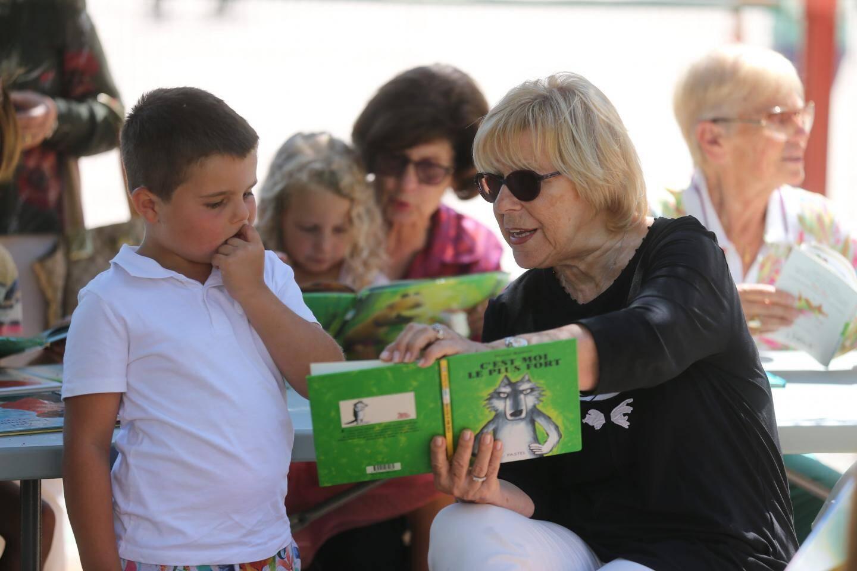 Une mamie lecture pour raconter des histoires.
