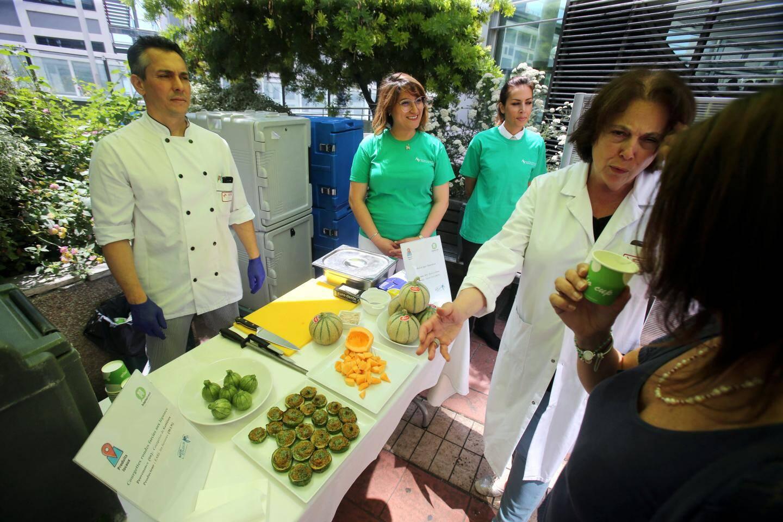 Dégustation de produits bio servis au réfectoire des agents hospitaliers.