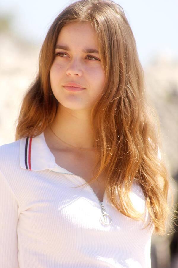 Eléa, 20 ans. Mentonnaise. Étudiante en BTS Assurance. Pratique l'équitation.