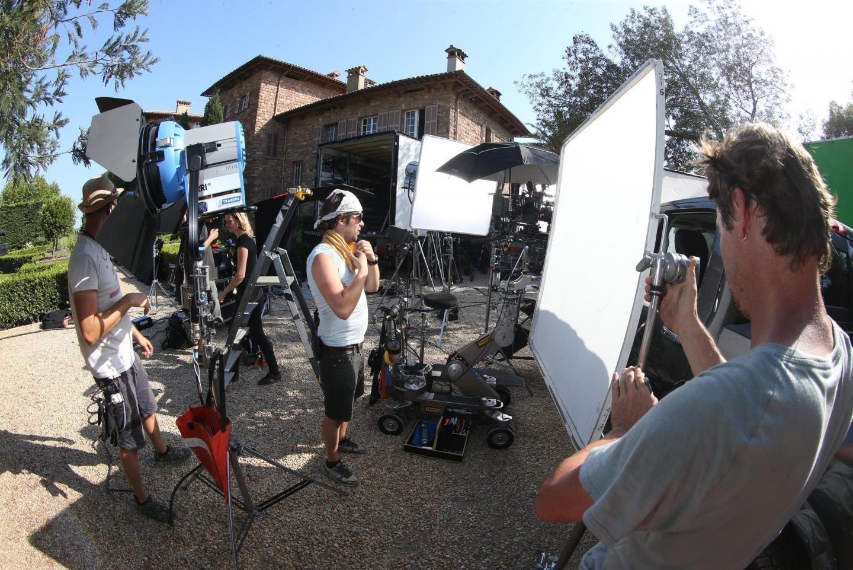 L'équipe prépare une scène avec Eva Darlan au pied du château Volterra.
