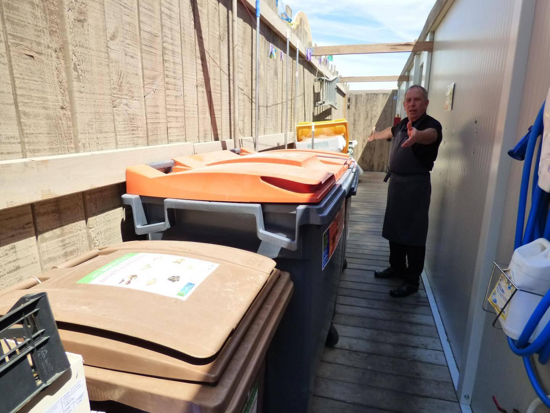 Les Murènes côté cour et tri sélectif: à chaque container, son type de déchets mais le personnel est désormais rodé.