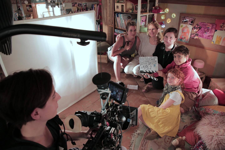 Le tournage fait travailler, autour de la réalisatrice une équipe de 17 personnes, accessoiristes, costumiers, ingénieurs du son...