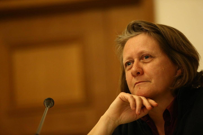Cécile Dumas, élue Front de Gauche, interpelle le discours du maire Jean Leonetti.
