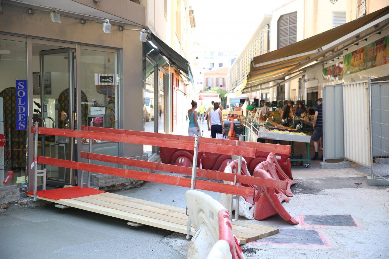 A l'image de ce commerce installé sur la place De-Gaulle, c'est parfois le parcours du combattant pour le client qui souhaite faire des achats.