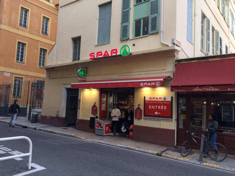 Le «Peoui cinéma» se trouvait là, rue de la Terrasse (Raoul-Bosio). Une supérette lui a succédé.