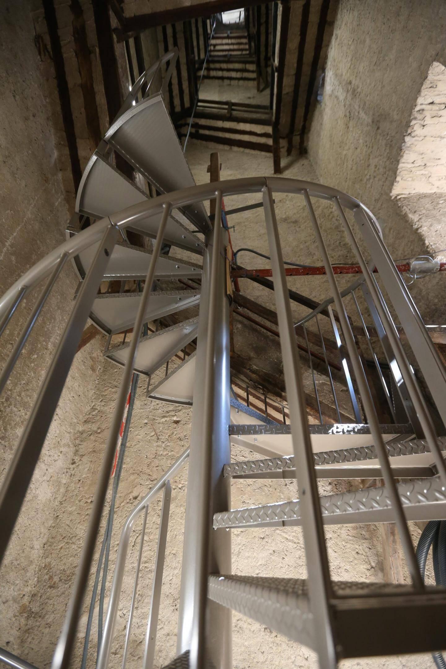 L'escalier hélicoïdal a commencé à s'élever à l'intérieur de la tour.