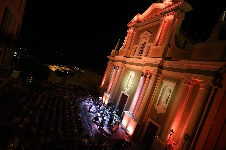 La basilique Saint-Michel, dans ses habits de lumières, a fait résonner les notes  baroques sur le parvis.