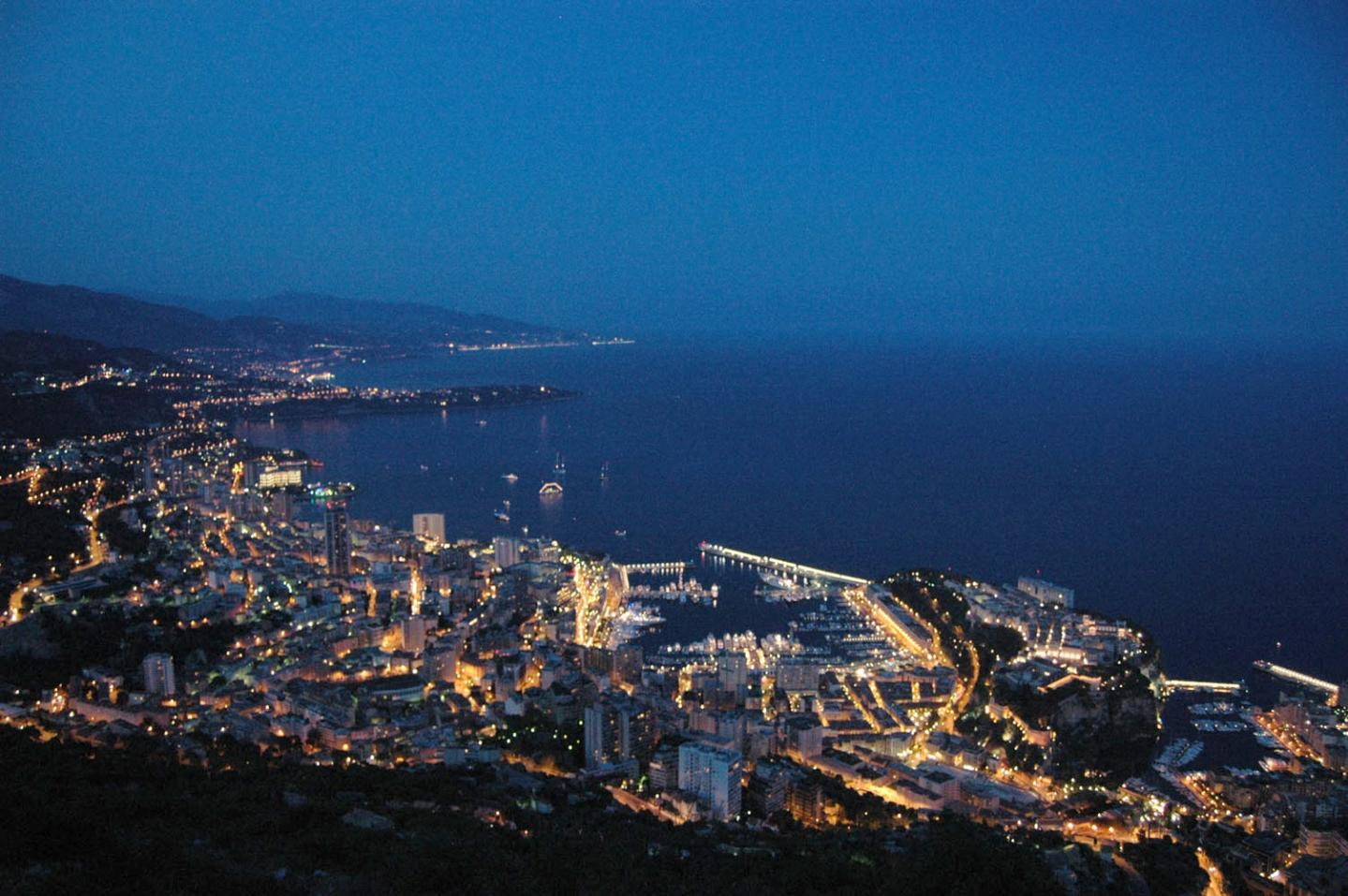 Vue imprenable sur Monaco depuis la Tête de Chien, à La Turbie, pour admirer le feu d'artifice.