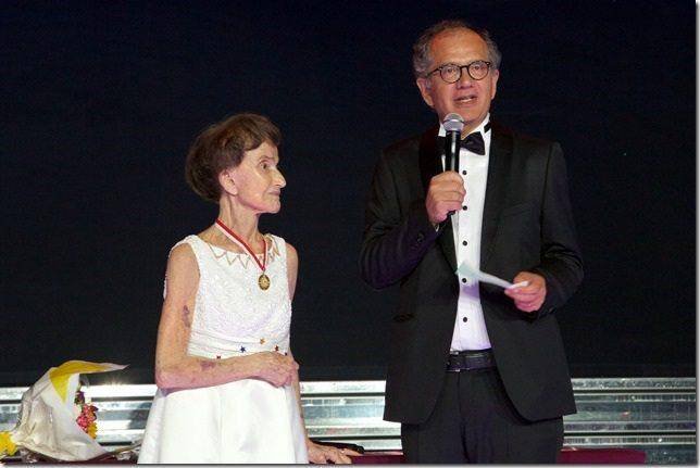 Remise de chèque par Régine Vardon West à Paolo Artini, Haut-Commissaire des Nations Unies pour les Réfugiés en charge de Monaco.