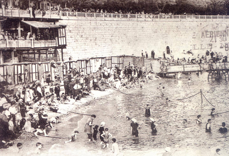 Au début du XXe siècle, à la Tour-Rouge, on s'encordait pour faciliter les déplacements au bord de l'eau et sur les galets.