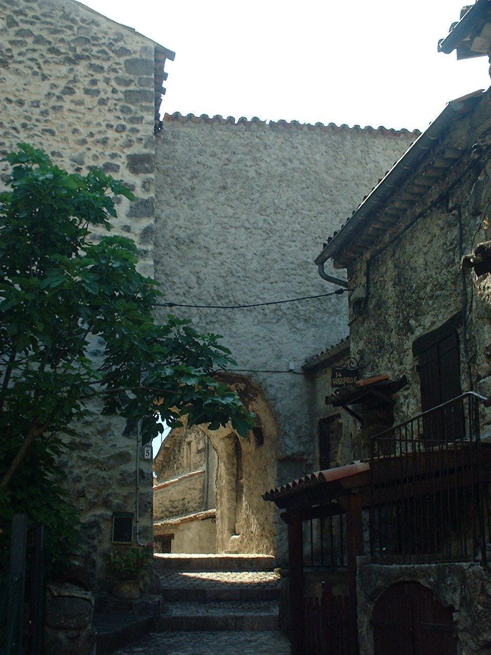 À l'est, sur un replat, quelques vestiges constitués de courtines et de mur de logis sont encore visibles.
