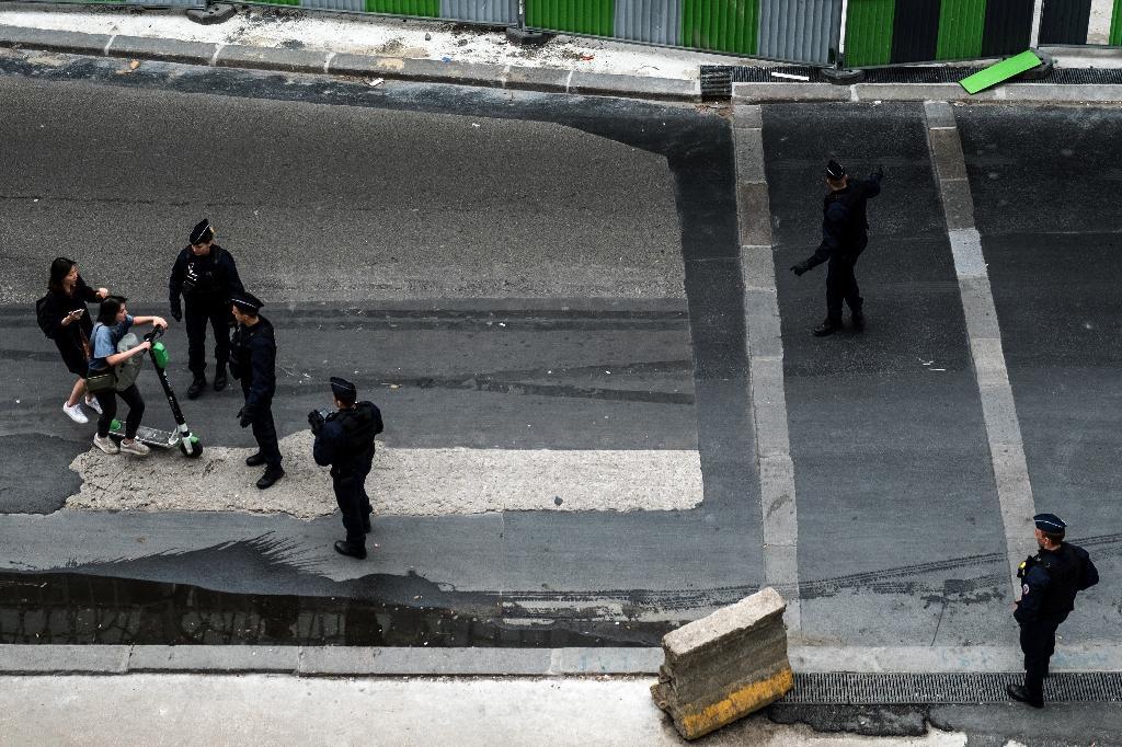 La police contrôle des conducteurs de trottinettes électriques à Paris, le 16 juin 2019