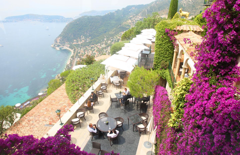 Sur la terrasse de La Chèvre d'Or et sa vue imprenable.