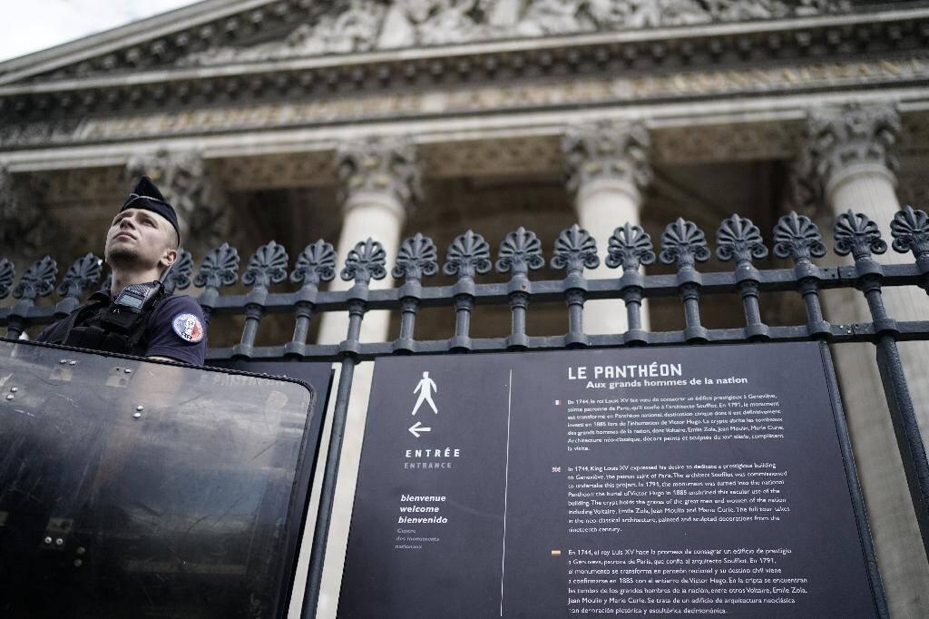 Un officier de police se tient devant le Panthéon à Paris le 12 juillet 2019