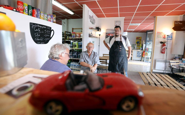 À côté des fruits, légumes et produits d'entretien, on s'installe autour d'un café dans une déco très... auto!
