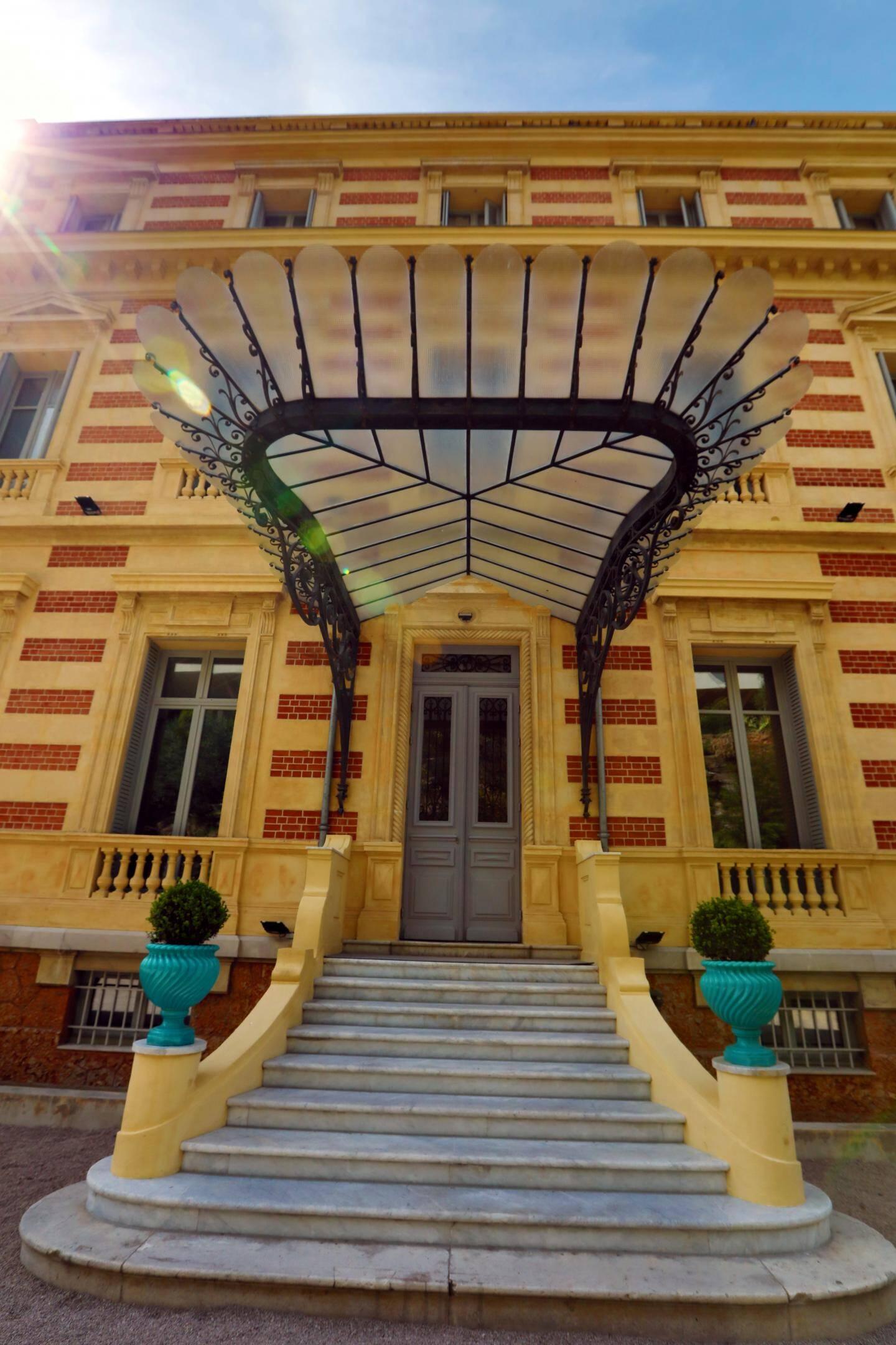 Plus haut, si la façade du Château des Terrasses tranche un peu avec le style Belle Époque, son élégante marquise s'inscrit bien dans le style 1900.