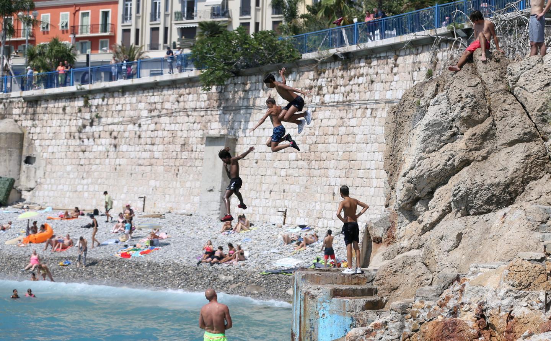 De nombreux baigneurs sautent des falaises des Bains de la Police à Nice, malgré l'interdiction.