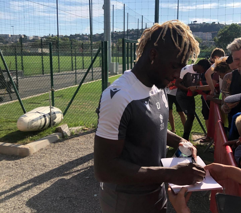 Allan Saint-Maximin toujours à Nice, toujours sollicité par les supporters.
