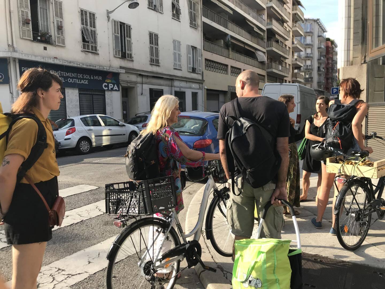 Anaïs La Rosa (à gauche) et la troupe de récoltants est bien équipée entre caddies, vélos et sacs isothermes pour transporter les denrées.