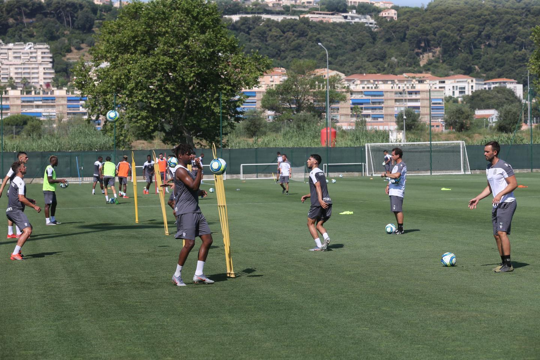 Au programme: des ateliers techniques, des exercices de possession de balle et beaucoup d'intensité sous le soleil azuréen.