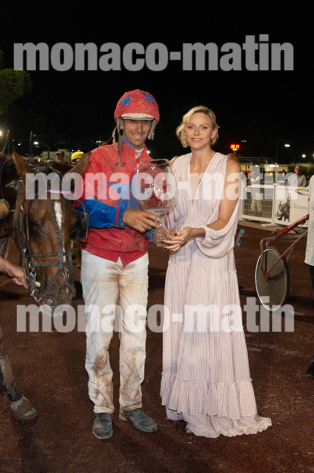 La princesse Charlène a remis le trophée à Stéphane Cingland, jockey de Fantasia de Ligny.