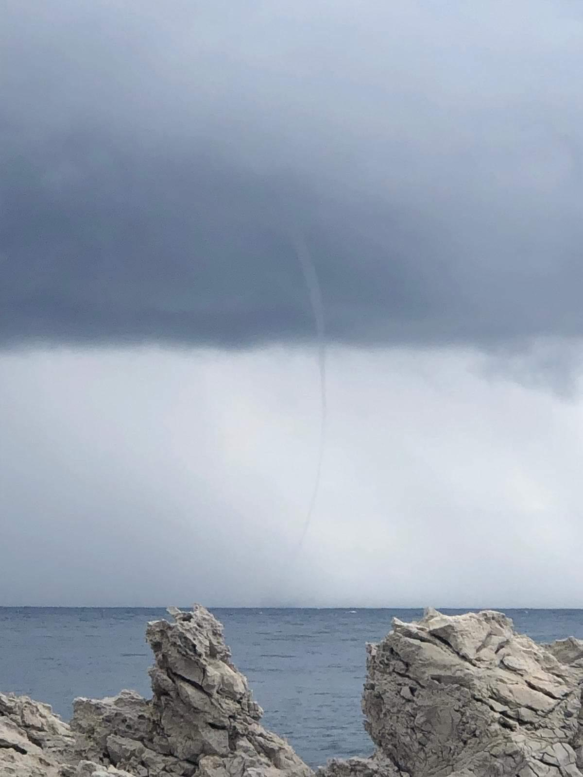 La trombe marine observée depuis le Cap d'Antibes.